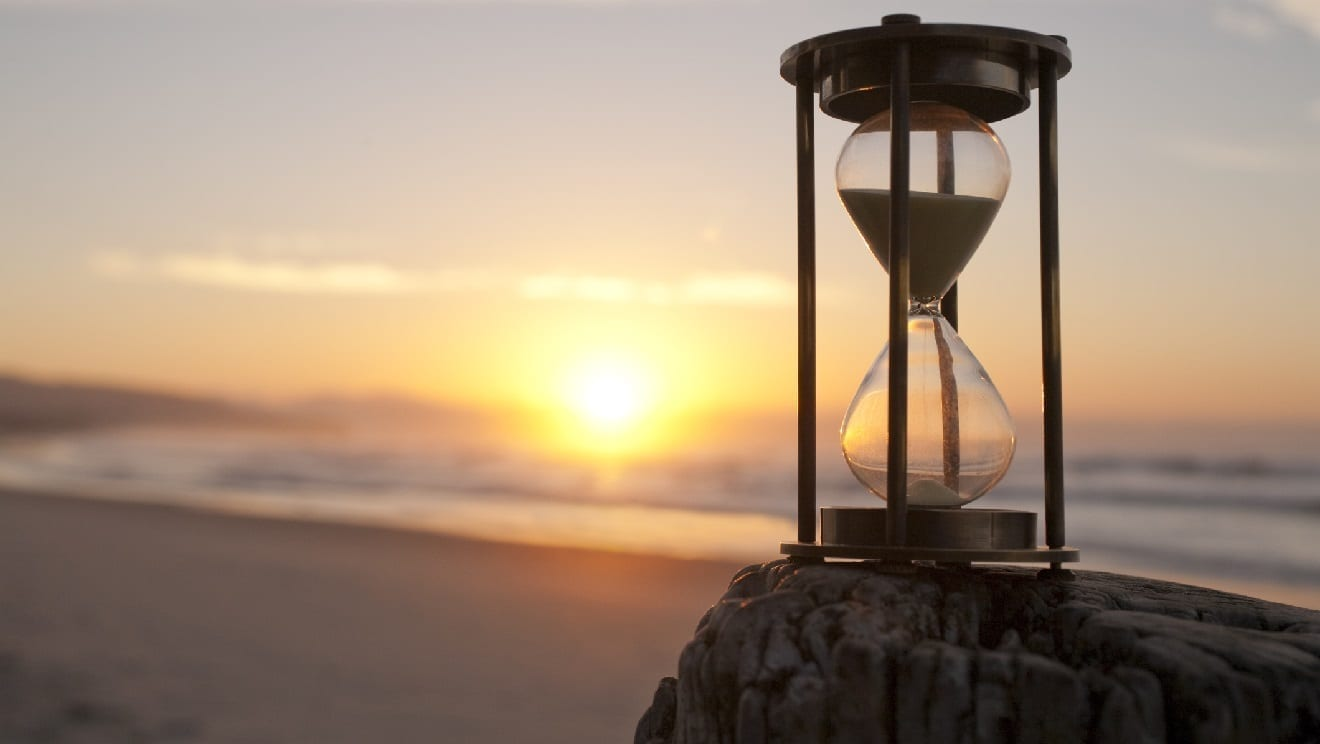 Hourglass along a beach: ID 25395497 © Travelling-light | Dreamstime.com