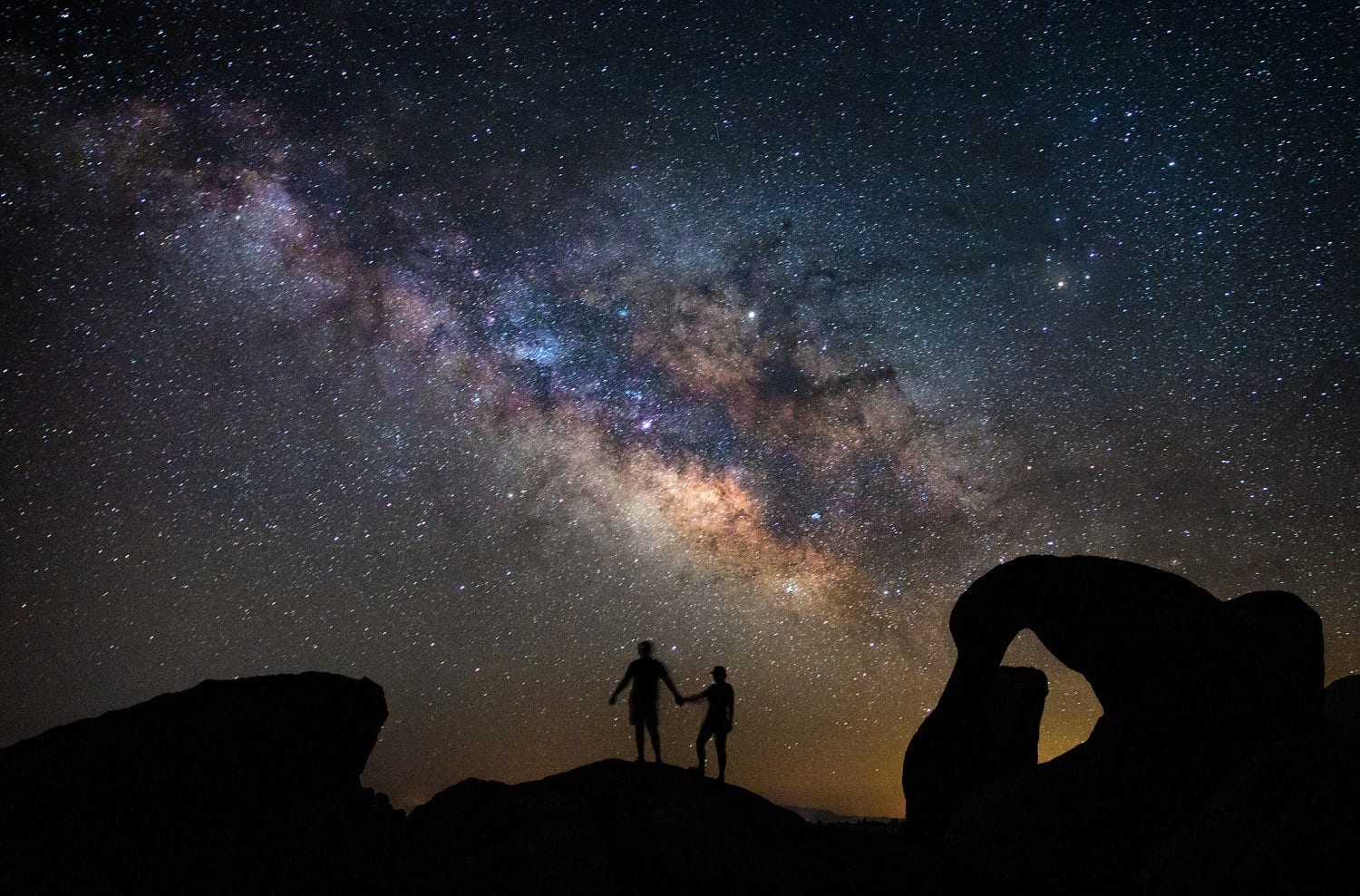 Silhouette of two people under the Milky Way at Mobius Arch: ID 98902216 © Valentin Armianu | Dreamstime.com