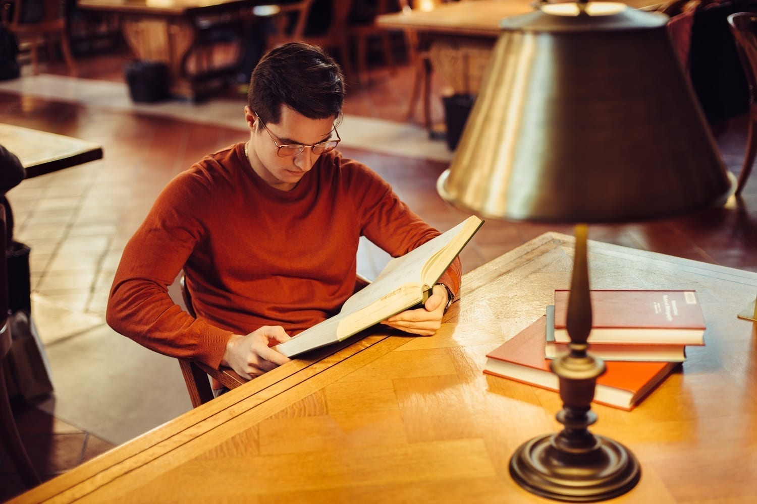 Man reading a reasearch book at a library table: ID 133756176 © Mykyta Starychenko | Dreamstime.com