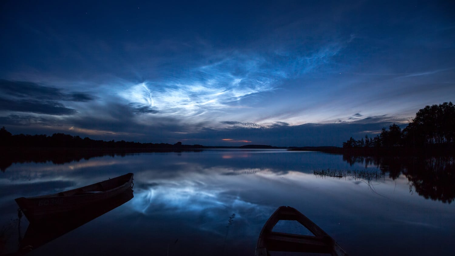 Noctilucent clouds over a lake: Photo 132502629 © Viktarm | Dreamstime.com