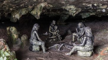 Sculptures of prehistory people in a cave Hunan province, China: Photo 223652929 / Caveman © Matyas Rehak | Dreamstime.com